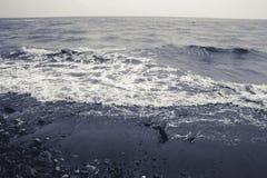 由海,浪潮起伏的水环境美化,单色 库存照片