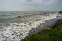 由海,浪潮起伏的水环境美化,降低天空 库存照片