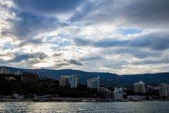 由海,雅尔塔,克里米亚的山 免版税库存图片