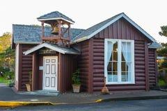 由海, Yachats,俄勒冈的小的日志教会 免版税库存图片