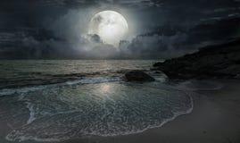 由海洋的一个安静的晚上 免版税库存照片