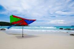 由海滩的伞 库存图片