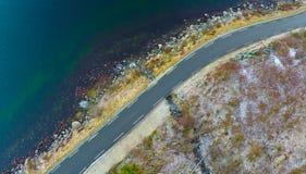 由海洋的冬天路 库存图片