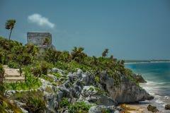 由海洋的古老玛雅废墟在Tulum墨西哥 库存图片