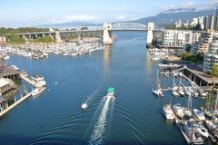 由海洋的城市 免版税库存照片