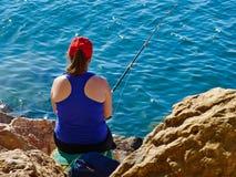 由海洋的少妇渔 免版税库存图片