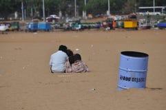 由海滩的恋人 库存照片