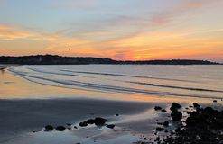 由海洋的日落日出 图库摄影