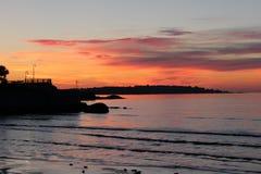 由海洋的日落日出 库存图片