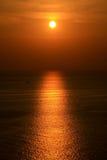由海洋的日落 图库摄影