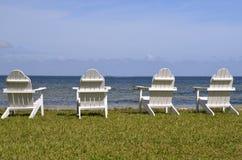 由海滩的椅子 库存图片