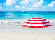 由海洋的沙滩伞 免版税库存照片