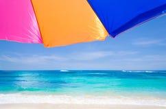 由海洋的沙滩伞 免版税库存图片