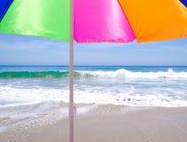 由海洋的沙滩伞 库存照片