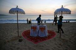 由海滩的浪漫晚餐安排在Jimbaran巴厘岛 库存照片