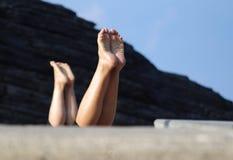 由海滩的瑜伽在意大利 免版税库存图片