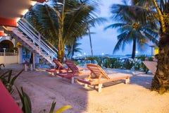 由海滩的甲板椅子 库存照片