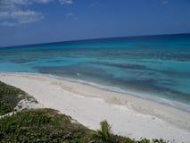 由海洋的白色海滩 免版税库存照片