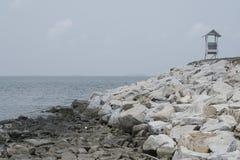 由海滩的白色风雨棚, Samed 免版税库存照片