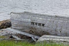 由海洋的被放弃的小船 免版税库存图片