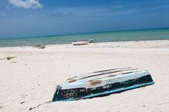 由海洋的被放弃的老小船 免版税库存照片