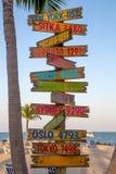 由海滩的路标 免版税库存图片