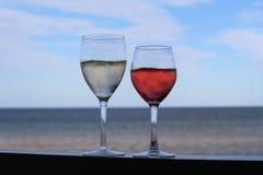 由海滩的酒 免版税库存照片