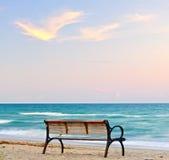 由海滩的长凳 库存图片