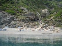 由海滩的Taverna从海 免版税图库摄影