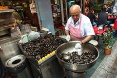 由淡菜的卖主在伊斯坦布尔 免版税库存照片