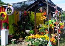 由混合做的小口袋庭院回收材料和花 图库摄影