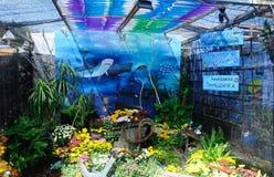 由混合做的小口袋庭院回收材料和花 免版税库存图片