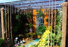 由混合做的小口袋庭院回收材料和花 免版税库存照片