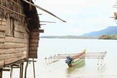 由渔夫房子的传统小船 图库摄影