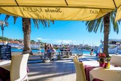 由港口的餐馆在特罗吉尔 免版税图库摄影