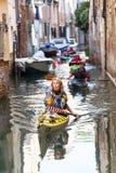 由游人的城市游览有皮船的,狭窄的渠道,威尼斯,意大利 库存图片