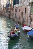 由游人的城市游览有长平底船的,狭窄的渠道,威尼斯,意大利 图库摄影