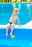 由游泳池的孩子 库存照片