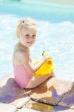 由游泳池的小女孩 库存照片
