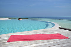 由游泳池的瑜伽席子在海旁边 图库摄影