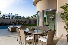由游泳池的餐桌在露台 免版税图库摄影