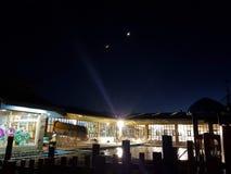 由游泳池边的月光 免版税库存照片