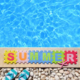 由游泳池边的词夏天 免版税库存照片