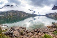由湖在圣玛丽,冰川国家公园 免版税图库摄影
