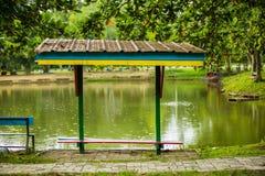 由湖的一个小小屋 免版税库存图片