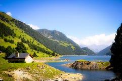 由湖的一个小屋山的 免版税库存图片
