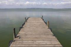 由湖的一个船坞早晨天空的 库存照片