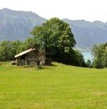 由湖的一个被毁坏的房子 库存图片