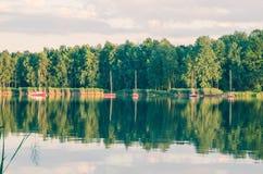 由湖的一个晴朗的下午 库存照片