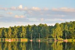由湖的一个晴朗的下午 免版税库存照片